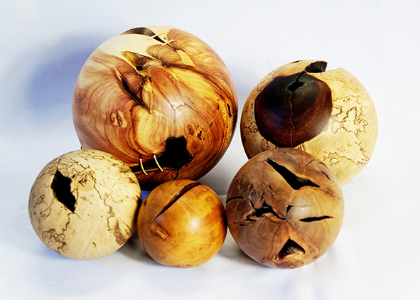 Pedro Petry's hollow spheres, Forest Jewels Sculpture (credit: Zé Henrique Dionisio). AGATHÒN 06 | 2019