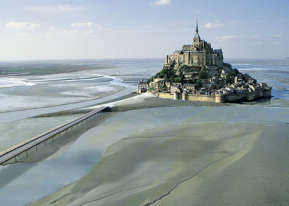 General views of the development project, simulations: the Bridge and the access to the Mont Saint Michel (source: www.projetmontsaintmichel.com). AGATHÓN 08 | 2020