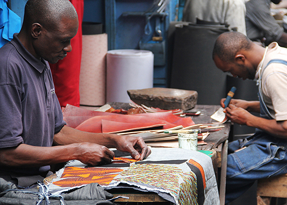 Re-designed collection bins; Shoemaker in Nairobi working together with ACT on shoes from re- cycled denim and cut-offs (credits: E. Stroomer, 2021, 2017). AGATHÓN 09 | 2021