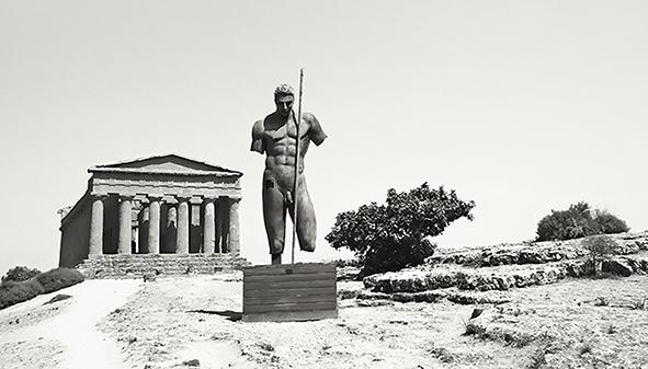 Il Tempio della Concordia ad Agrigento con una scultura in bronzo di Igor Mitoraj