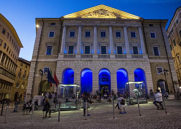 'L'attore nella casa di cristallo' written and directed by M. Baliani, concept by V. Papa, set design by L. Diana, Ancona, square in front of Teatro delle Muse, Marche Teatro, 2020 (credit: A. Cecchi). AGATHÓN 09 | 2021